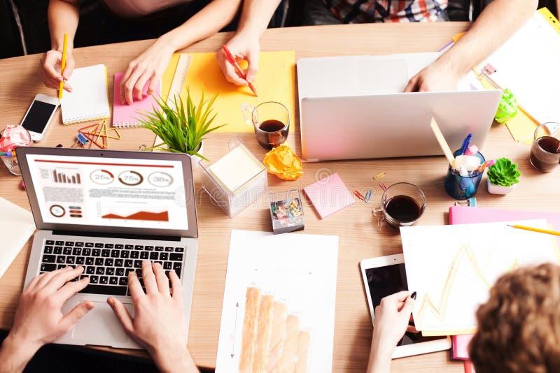 Os freelancers novos hábeis estão cooperando no escritório imagens de stock royalty free