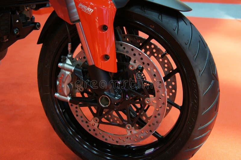 Os freios de disco da motocicleta s?o exigidos para fornecer mais aperto aos pneus e para permitir os cavaleiros de parar durante foto de stock
