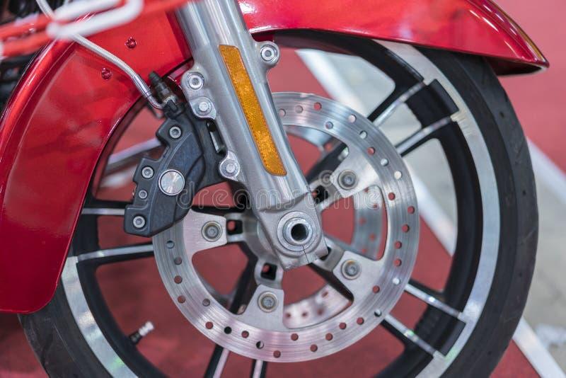 Os freios fecham-se acima em uma motocicleta Freio de disco do velomotor fotos de stock