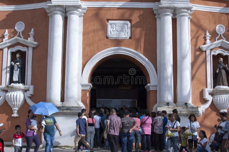 Os frequentadores da igreja reunem o exterior da catedral devido a overcrowding e a falta do espaço foto de stock