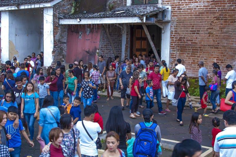 Os frequentadores da igreja reunem o exterior da catedral devido a overcrowding e a falta do espaço imagem de stock royalty free