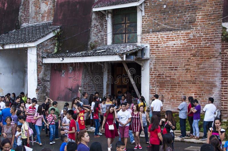 Os frequentadores da igreja reunem o exterior da catedral devido a overcrowding e a falta do espaço fotografia de stock royalty free