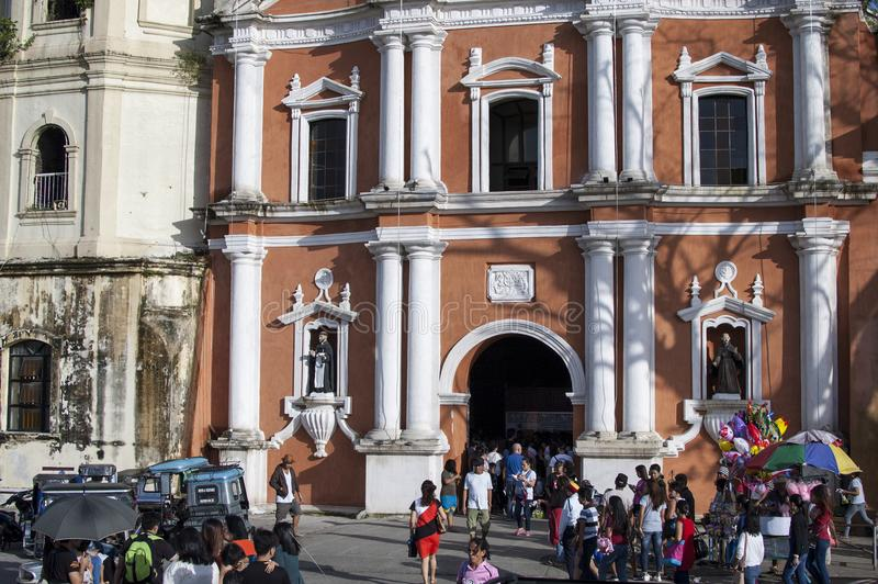 Os frequentadores da igreja reunem o exterior da catedral devido a overcrowding e a falta do espaço imagens de stock royalty free