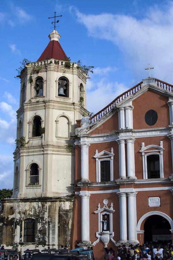 Os frequentadores da igreja reunem o exterior da catedral devido a overcrowding e a falta do espaço fotos de stock