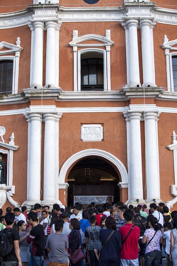 Os frequentadores da igreja reunem o exterior da catedral devido a overcrowding e a falta do espaço fotografia de stock