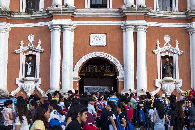 Os frequentadores da igreja reunem o exterior da catedral devido a overcrowding e a falta do espaço foto de stock royalty free