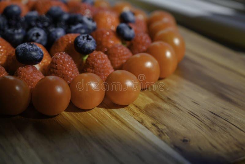 Os frutos de baga preparam-se cozinhando na cozinha hoje fotos de stock
