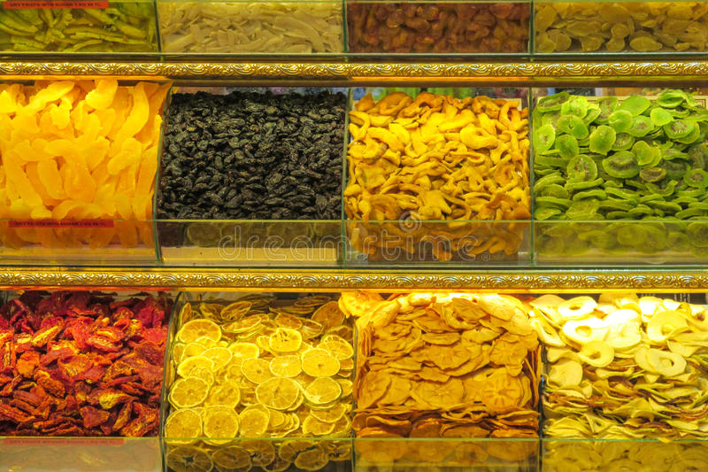 Os frutos e as porcas secos misturam vendido no mercado fotografia de stock