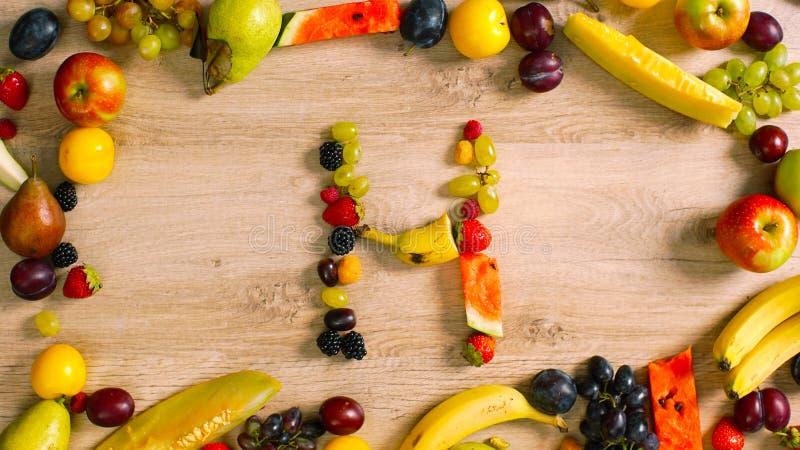 Os frutos fizeram a letra H fotografia de stock