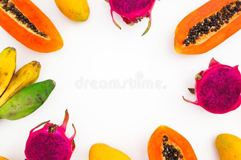 Os frutos moldam de frutos da banana, da papaia, da manga e do dragão no fundo branco Configuração lisa Vista superior Conceito d imagens de stock