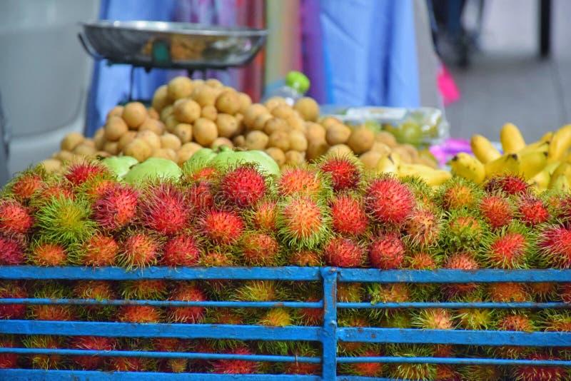 Os frutos puseram sobre a venda no alimento da rua no mercado da noite, estrada de Khaosan foto de stock royalty free