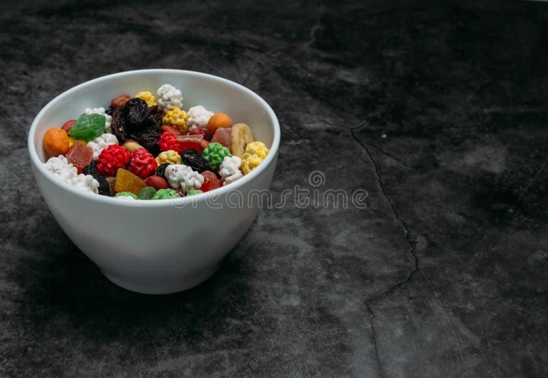 Os frutos secados na tabela imagem de stock