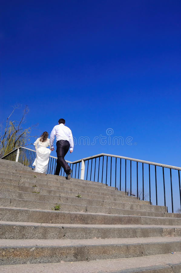 Os funcionamentos do noivo para a noiva fotos de stock royalty free
