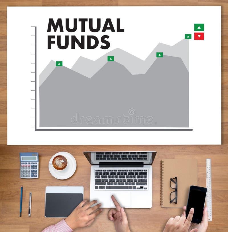 Os FUNDOS DE INVESTIMENTO ABERTO financiam e dos dinheiros, foco no fundo de investimento aberto o conceito dentro foto de stock royalty free