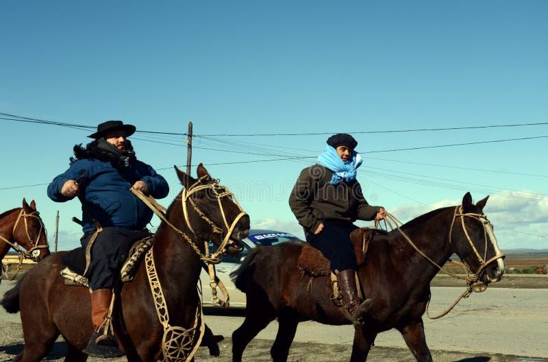 Os gaúchos estão montando ao longo da estrada em Rio Grande imagem de stock