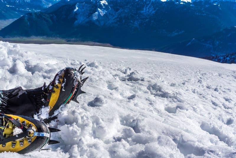 Os ganchos de ferro fecham-se acima para a caminhada extrema em montanhas cobertos de neve imagens de stock royalty free
