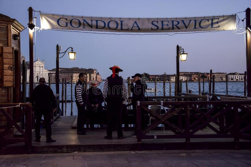 Os gondoleiros conversam no crepúsculo foto de stock royalty free