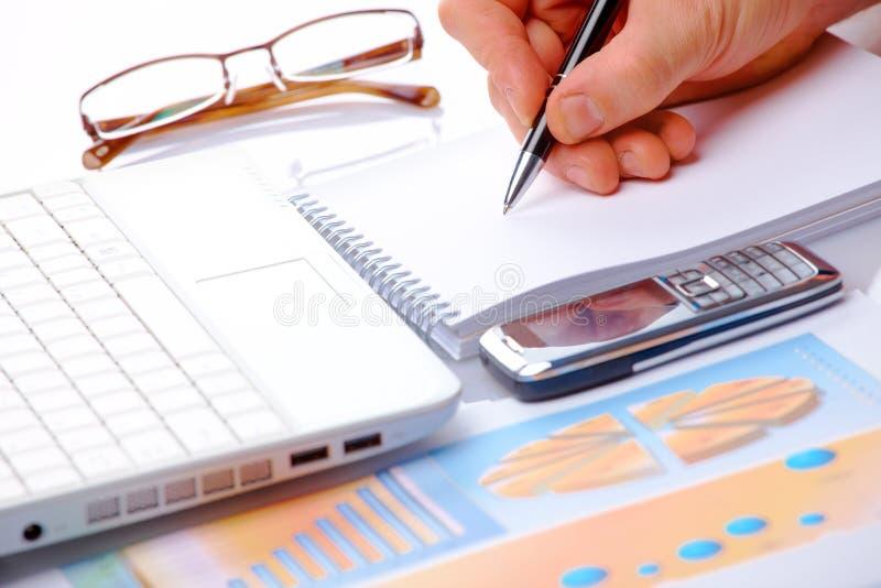 Os gráficos e o macho de negócio cedem notas imagens de stock