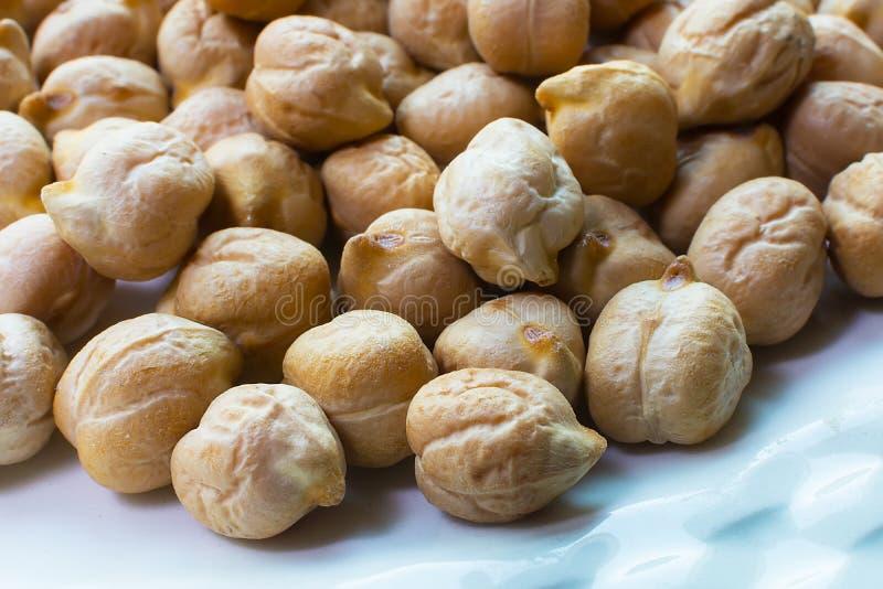 Os grãos-de-bico fecham-se acima Pilha de grãos-de-bico crus orgânicos Qui do ouro imagem de stock