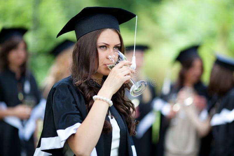 Os graduados do celibatário comemoram fotografia de stock