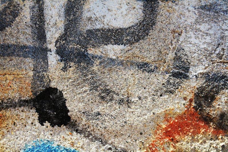 Os grafittis coloridos pretos muram o fundo, em Veneza, Itália foto de stock