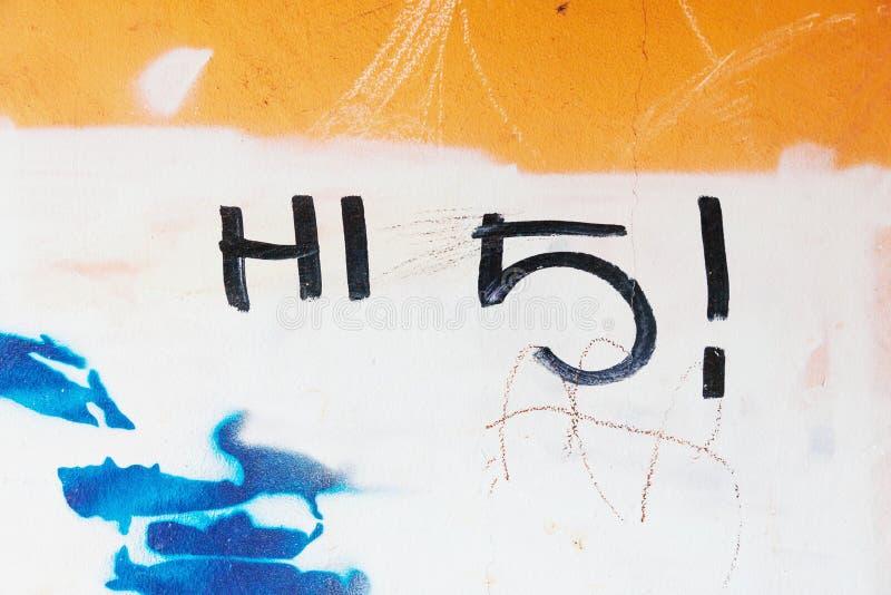 Os grafittis etiquetam olá! 5 escritos na parede suja fotos de stock royalty free