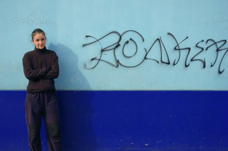 Os grafittis muram & mulher fotografia de stock royalty free