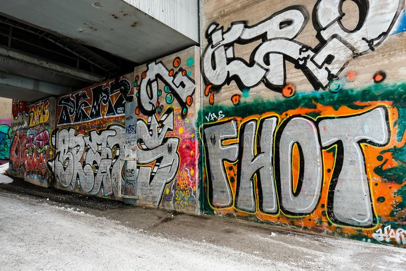 Os grafittis muram sob a ponte foto de stock royalty free