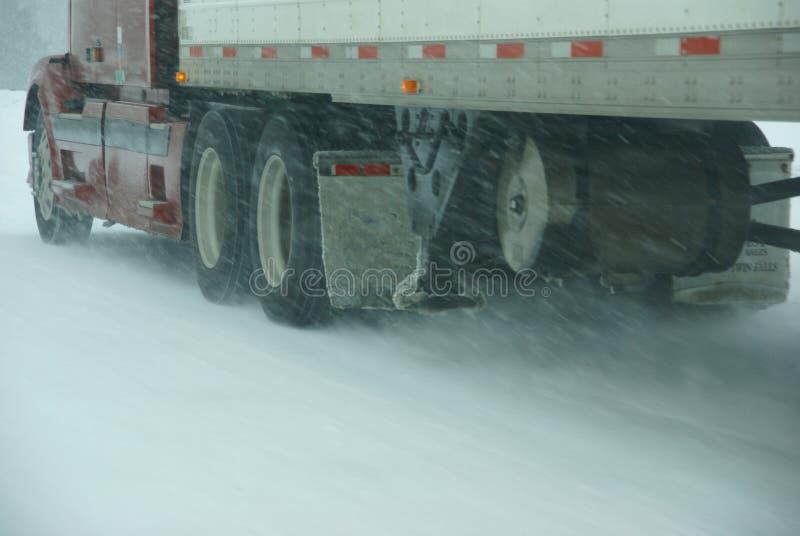 Os grandes caminhões lutam uma tempestade do inverno fotos de stock