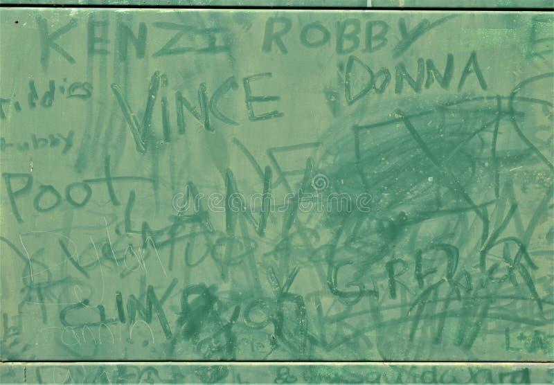 Os grandes grafittis verdes do painel próximo cobriram a caixa de junção elétrica fotografia de stock