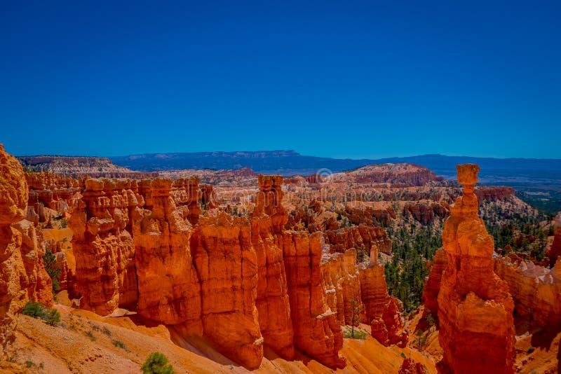 Os grandes pináculos cinzelaram afastado pela erosão no parque nacional da garganta de Bryce, Utá, EUA O pináculo o maior é chama foto de stock