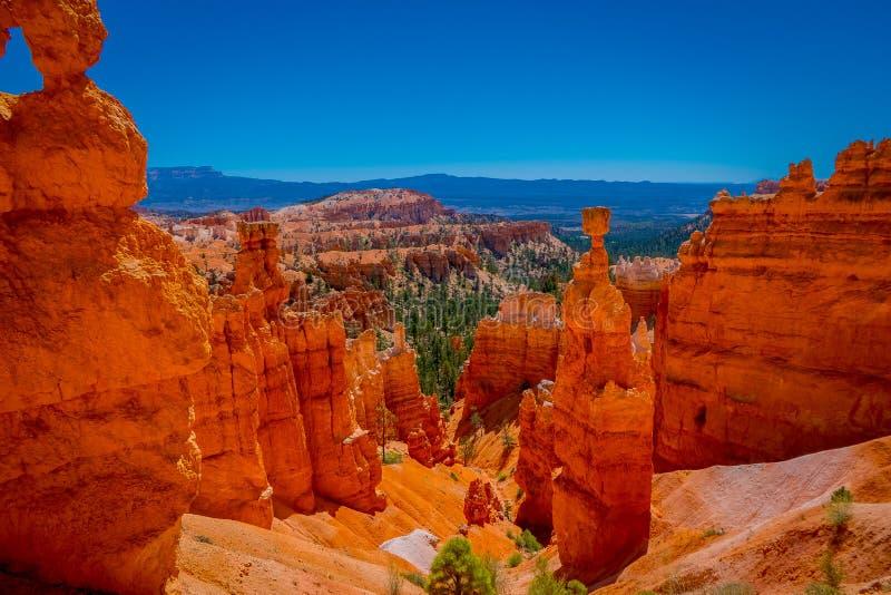 Os grandes pináculos cinzelaram afastado pela erosão no parque nacional da garganta de Bryce, Utá, EUA O pináculo o maior é chama imagem de stock