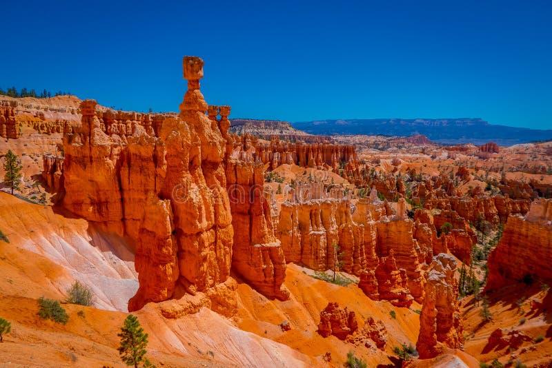 Os grandes pináculos cinzelaram afastado pela erosão no parque nacional da garganta de Bryce, Utá, EUA O pináculo o maior é chama fotografia de stock royalty free