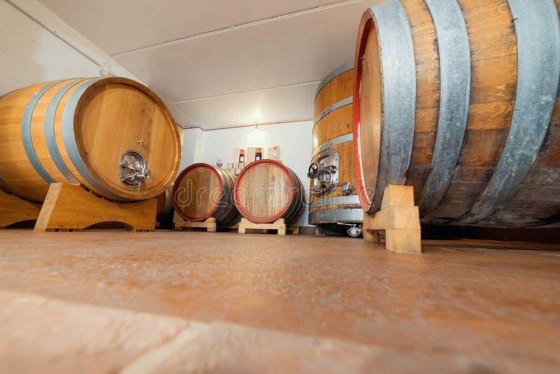 Os grandes tambores de vinho estão no porão - armazenamento e vendas imagens de stock royalty free