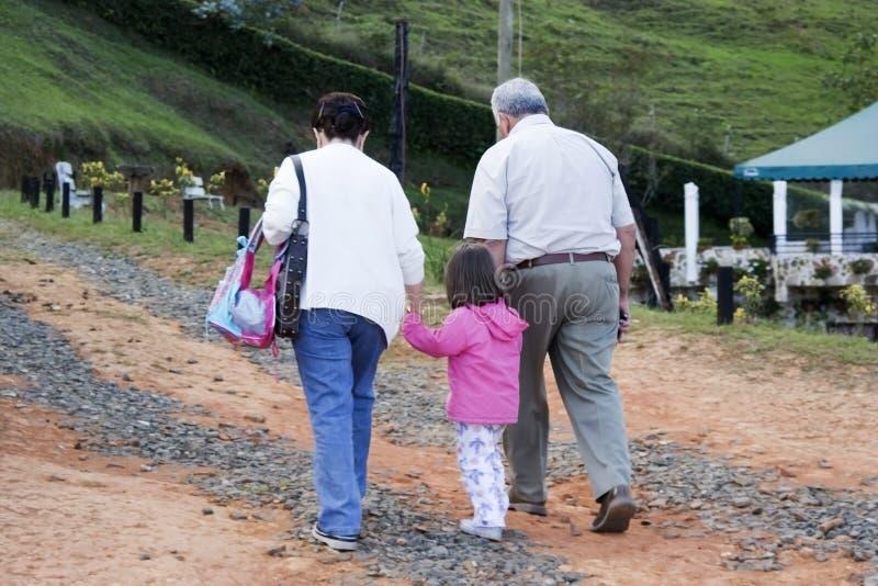 Os Grandparents e a neta apreciam fotos de stock royalty free