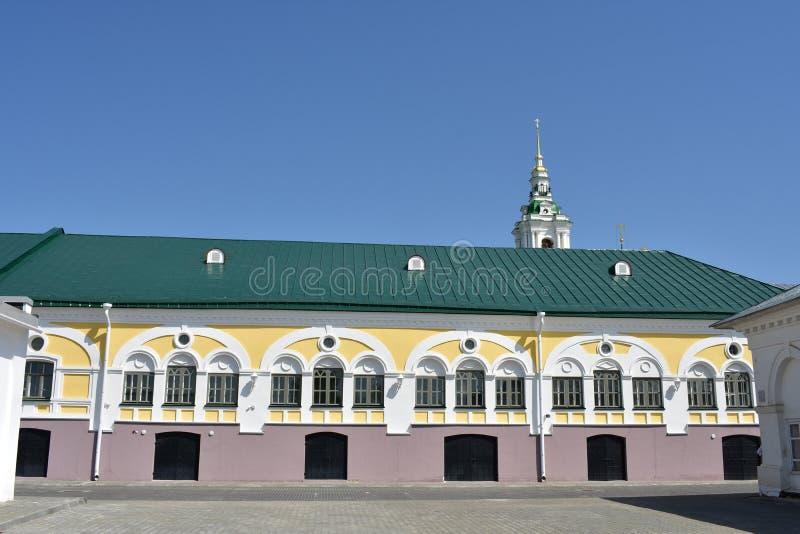 Os graus do artigo de correeiro pertencem às construções de comércio interessantes de Kostroma do período de classicismo que rece imagens de stock royalty free