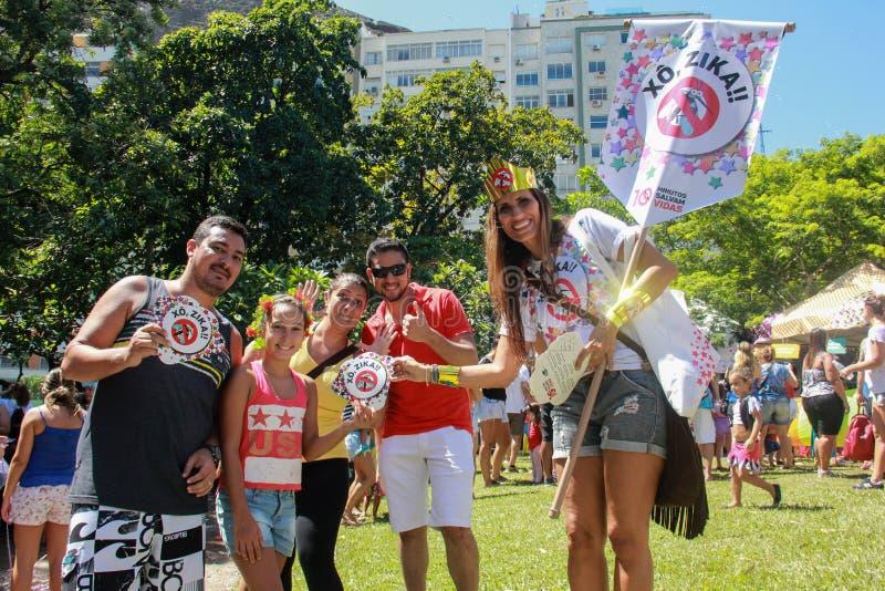 Os grupos de Rio Carnival desfilaram através da cidade e advertem sobre riscos do vírus de Zika imagem de stock royalty free