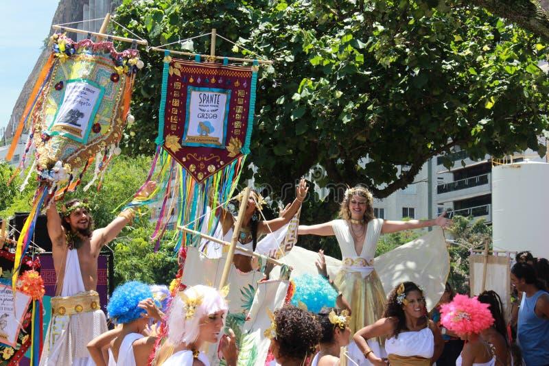 Os grupos de Rio Carnival desfilaram através da cidade e advertem sobre riscos do vírus de Zika fotografia de stock