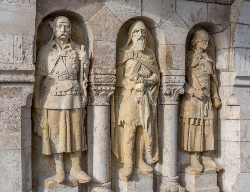 Os guardiães do bastião famoso do ` s do pescador no monte de Buda Estátuas, cidade velha, Budapest foto de stock royalty free