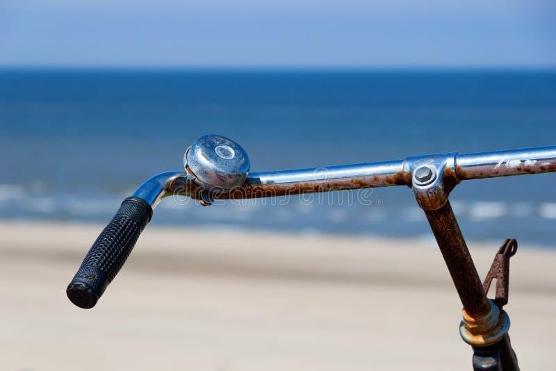 Os guiador de uma bicicleta imagens de stock
