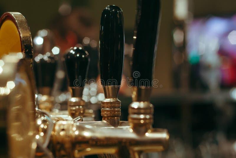 Os guindastes da cerveja enfileiram na barra foto de stock royalty free