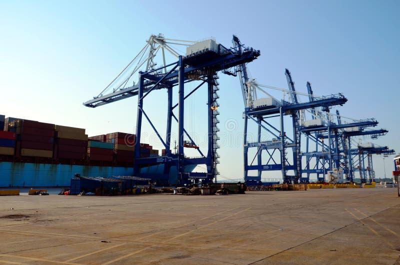 Os guindastes de pórtico estão carregando a carga no navio de recipiente no porto de Charleston, South Carolina fotos de stock royalty free