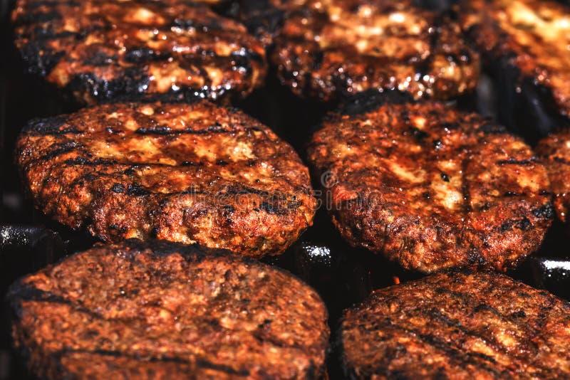 Os Hamburger apetitosos grelharam na grade exterior na frente da fotos de stock royalty free