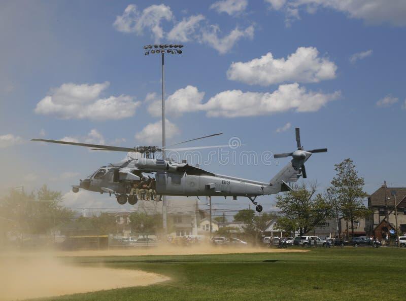 Os helicópteros de MH-60S do mar do helicóptero combatem o esquadrão cinco com descolagem da equipe do EOD da marinha dos E.U. fotos de stock royalty free