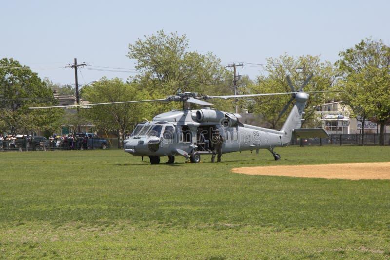 Os helicópteros de MH-60S do mar do helicóptero combatem o esquadrão cinco com descolagem da equipe do EOD da marinha dos E.U. foto de stock royalty free