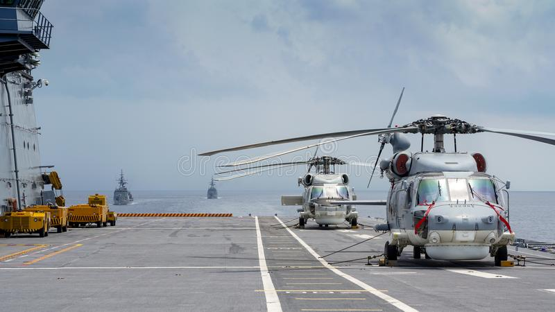 Os helicópteros do falcão do mar de Sikorsky S-70B da marinha tailandesa real estacionam na plataforma de helicóptero do porta-av imagens de stock royalty free