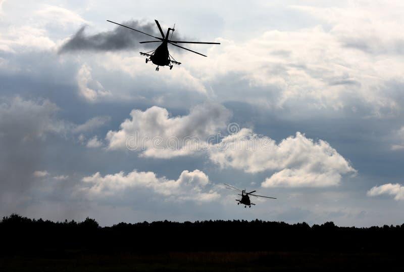 Os helicópteros militares voam no céu fotos de stock royalty free