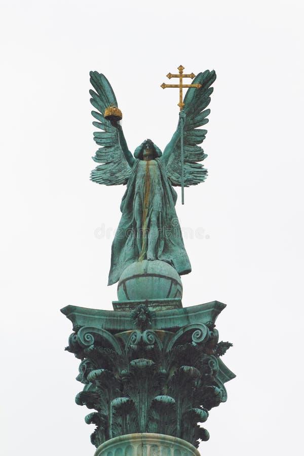Os heróis esquadram, o tere de Hosok, complexo da estátua por Zala Gyorgy, estátua de Gabriel do arcanjo, fachada com a coluna co imagem de stock