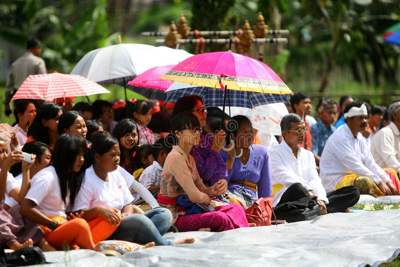 Os hindus comemoram Melasti em Karanganyar, Indonésia fotografia de stock
