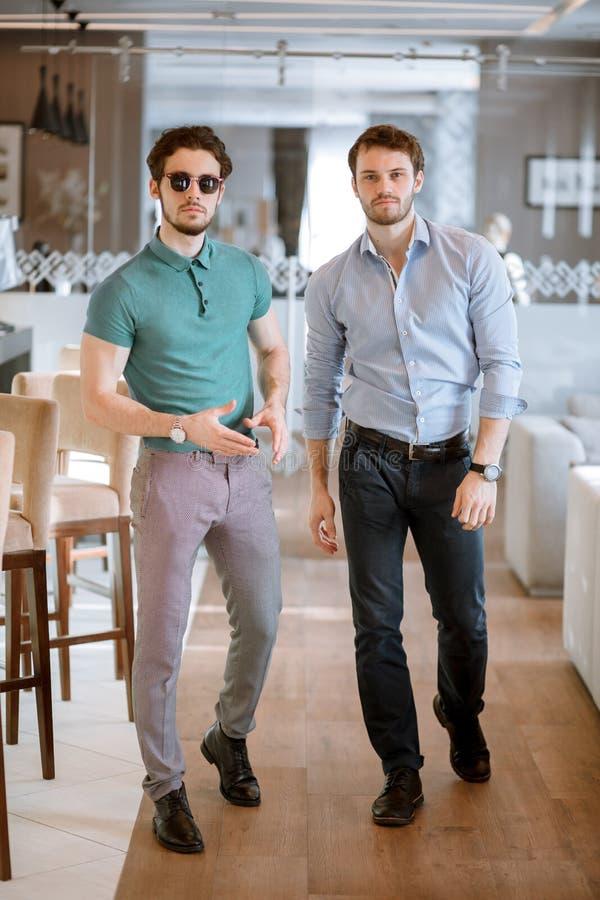 Os homens ativos terminaram sua reunião no café imagem de stock